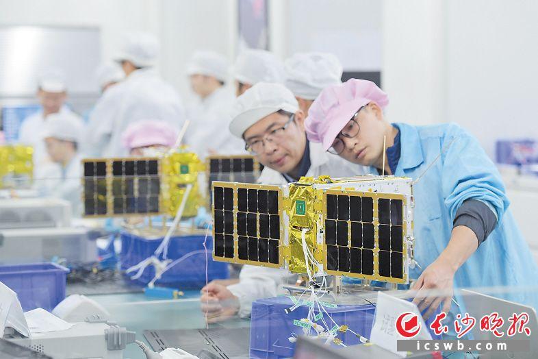 昨日下午,天仪研究院工作人员对4颗卫星进行最后的测试。 澳门网络赌场晚报记者 王志伟 摄