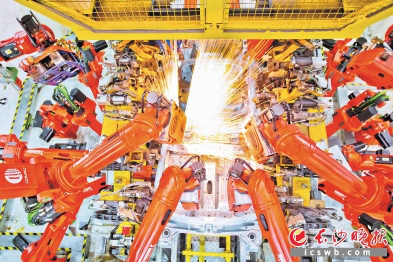 广汽菲克焊装车间,由18台机器人柔性结合的集成焊接工位同时焊烧,让车身的精度和强度大大增强。余劭劼 刘晓东 摄