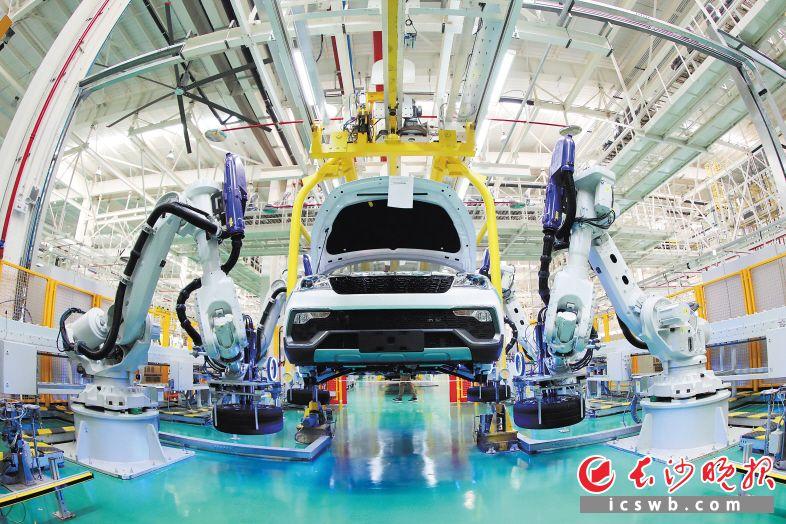 猎豹汽车长沙公司总装车间内大量采用ABB机器人,轮胎安装由四台机器人在45秒钟内一次性完成,发动机底盘合拼采用AGV自动对位安装,并配备了国际一流的美国宝克检测线。 王志伟 蒋炼 摄