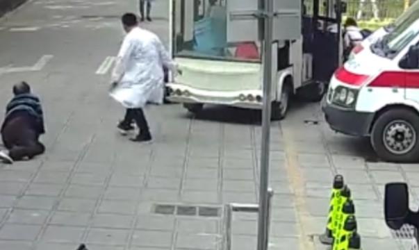 电瓶车突然失控年逾五旬的民警冲上去用身体抵住车头