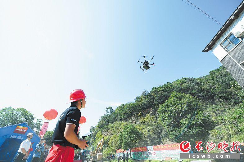 昨日,山体滑坡地质灾害救援演练现场,无人机搭载生命探测仪等搜索黑科技惊艳亮相。 长沙晚报记者 黄启晴 摄
