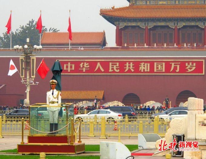天安门广场悬挂中日两国国旗,安倍今日访华