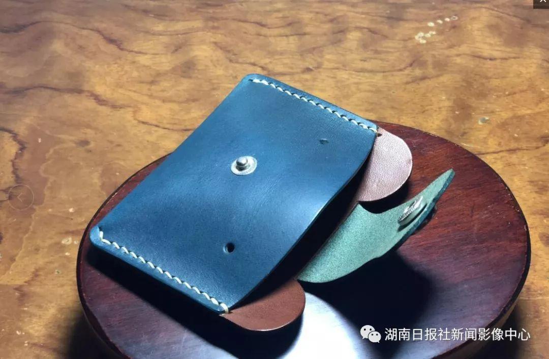 牛皮制作的手工皮具会随着时间的推移,呈现出不同的光泽和质感,这正是