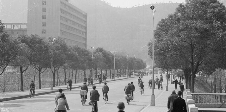 【镜观其变——庆祝改革开放40年】出行:从自行车到家用车