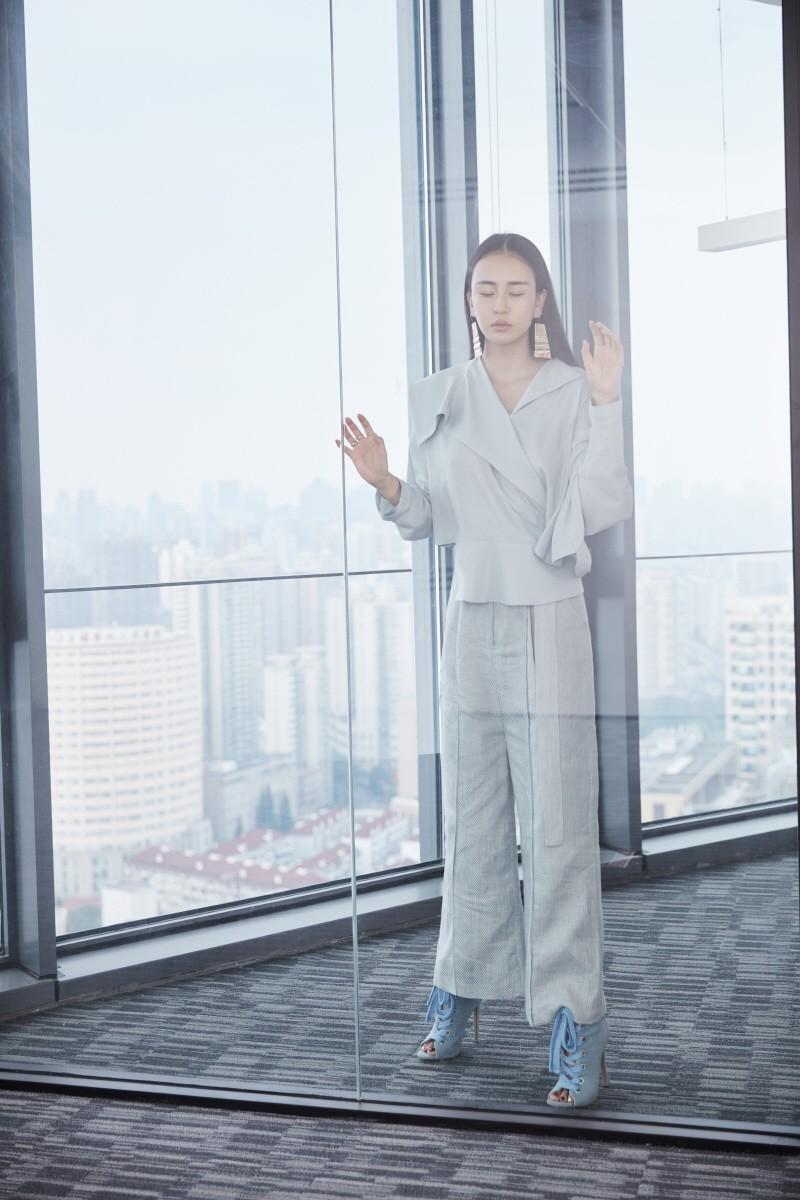 时尚打女母其弥雅最新杂志大片,刚柔并济尽显女性力量
