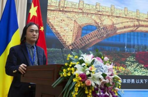 """中国当代艺术家、""""一带一路""""标志性景观雕塑《丝路金桥》创作者舒勇,在""""中国-乌克兰经贸论坛""""上介绍《丝路金桥》艺术作品。(图片来源:欧联网)"""