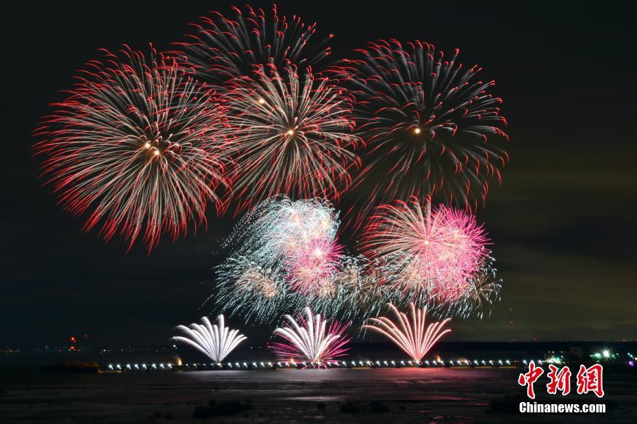 尼亚加拉大瀑布上演国际烟花赛 中国焰火率先绽放