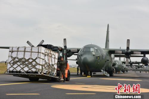资料图:韩国总统府青瓦台11月11日称,韩国当天向朝鲜赠送200吨柑橘,作为此前收到朝方2吨松茸的回礼。图为韩方将柑橘空运至朝鲜。中新社发 韩国国防部供图