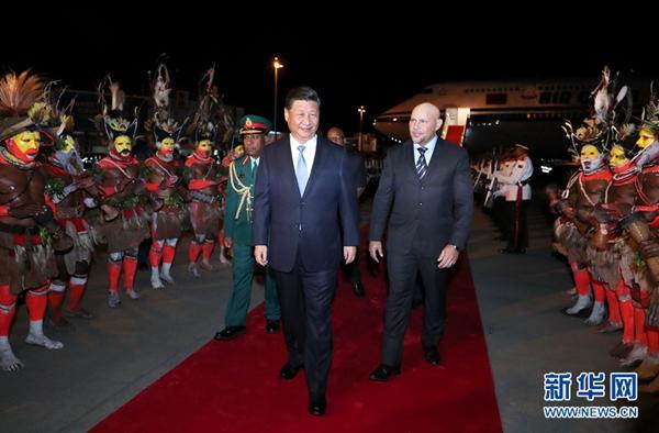 11月15日,国家主席习近平乘专机抵达莫尔兹比港,开始对巴布亚新几内亚独立国进行国事访问、同建交太平洋岛国领导人会晤并出席亚太经合组织第二十六次领导人非正式会议。巴布亚新几内亚副总理埃布尔率政府高级官员在舷梯旁热情迎接。新华社记者 鞠鹏 摄