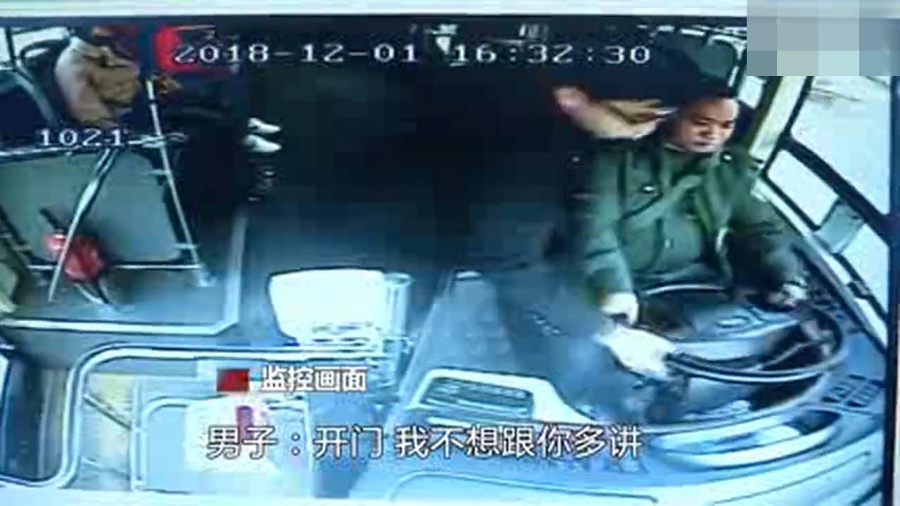 长沙一男子坐反方向要下车 被拒后抢方向盘
