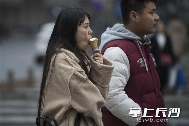 [长沙] 冰激凌与冬装更配?长沙人的低温表情包上线 新湖南www.hunanabc.com
