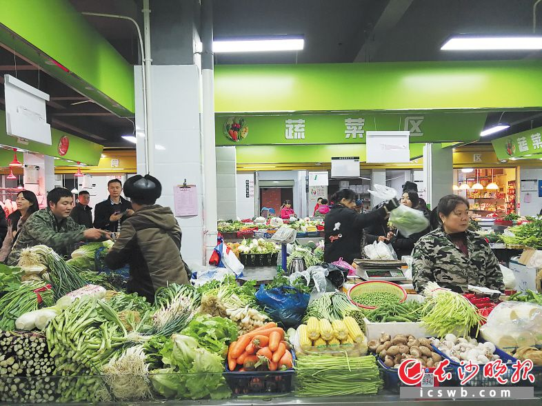 ←龙塘农贸市场是目前捞刀河街道管理最规范的生鲜市场。均为长沙晚报记者 朱敏 摄