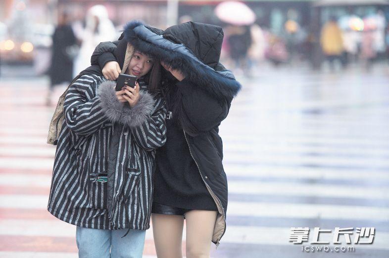 连日来,长沙迎来低温雨水天气,预计本周末气温继续下降。在长沙街头,不少市民已经裹起厚厚的冬装抵御严寒。长沙晚报记者黄启晴 实习生 黄赛文 摄影报道