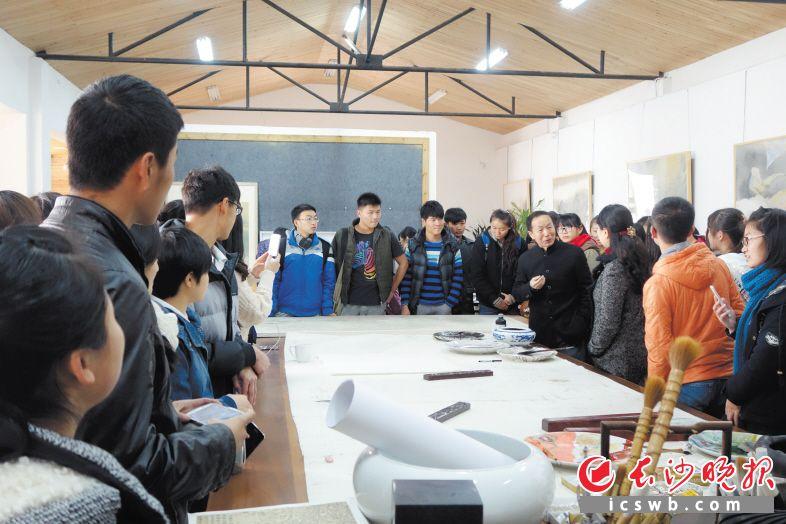 朱训德正在给学生们上课。受访者 供图