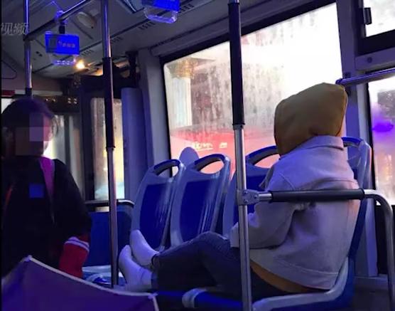 长沙公交惊现霸座姐 一人横躺占一排遭网友吐槽