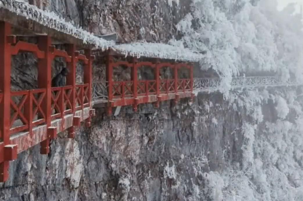 张家界天门山的雪景 整个群山都是白茫茫的一片!