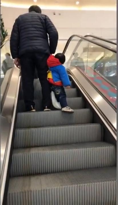 网友曝爷爷带小孩 感叹:孩子还是尽量自己带好啊!