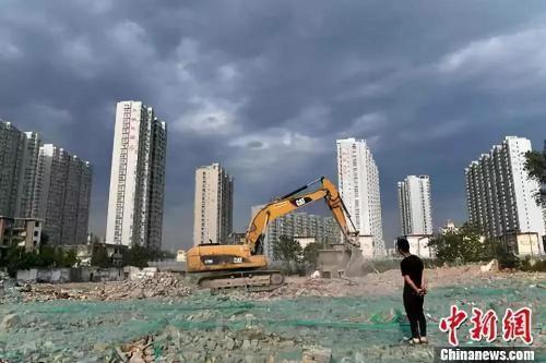 资料图:工人操作挖掘机在山西太原一商品房建设工地施工作业。<a target='_blank' href='http://www.chinanews.com/'>中新社</a>记者 韦亮 摄