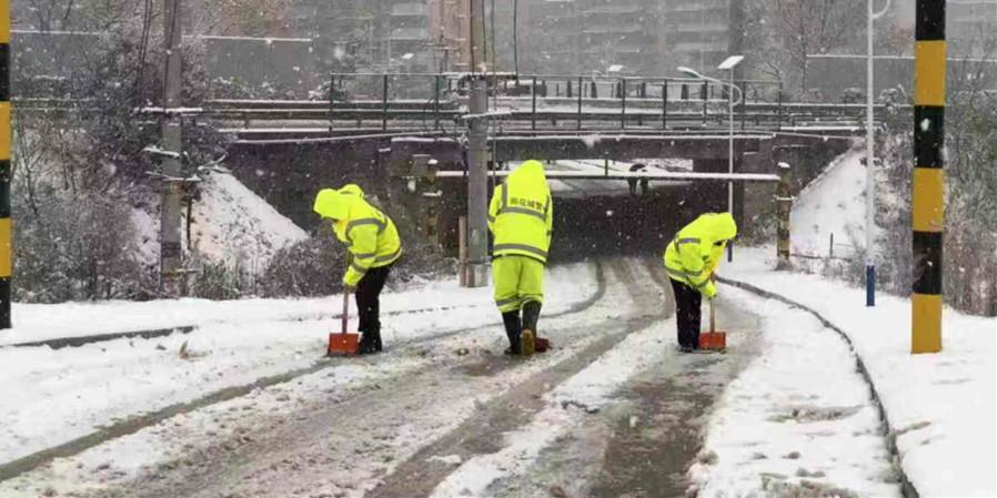 长沙市雨花区城管系统出动2700余人全力扫雪除冰
