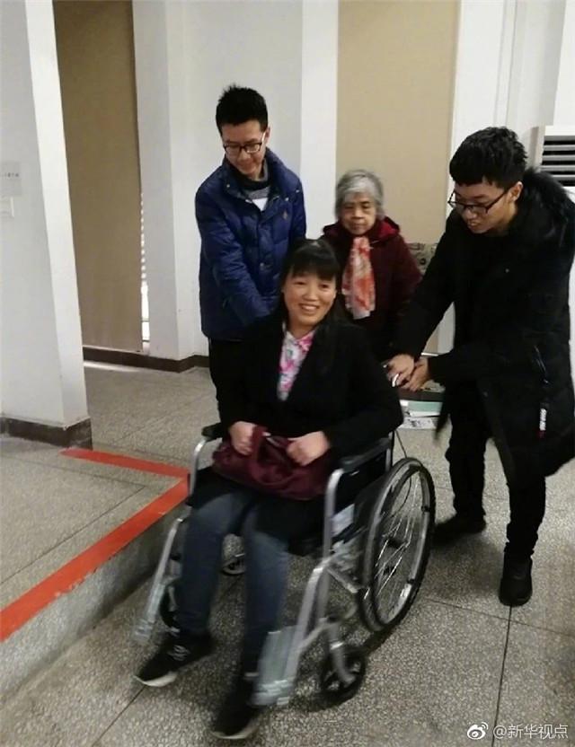 不添麻烦不辜负学生,湖南大学女教师坐轮椅上完一学期课程