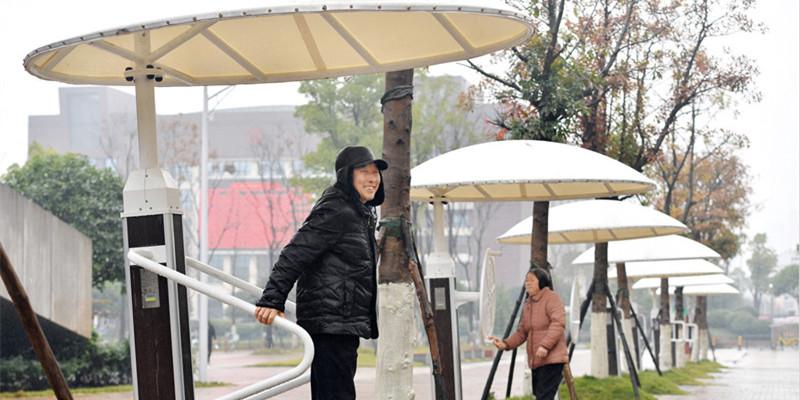 """器材戴上""""帽"""" 雨天可健身"""