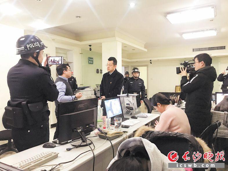 执行法官与劳动争议纠纷执行案件的用人单位现场负责人进行沟通。 长沙晚报全媒体记者 朱炎皇 通讯员 江赞成 摄影报道