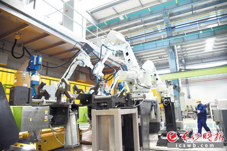 """中联重科塔机智能工厂将塔机制造模式升级到智能化、自动化""""智造""""阶段。长沙晚报全媒体记者 周辉霞 摄"""
