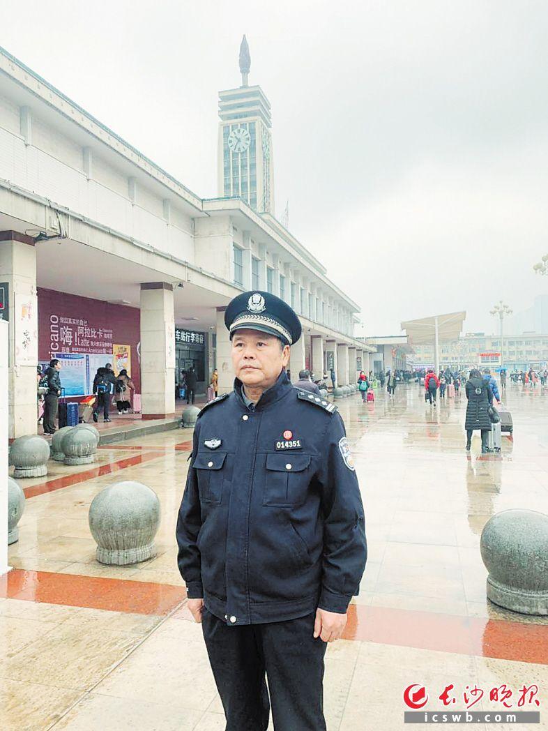 已经60岁的李文彪仍坚持参与巡逻。长沙晚报全媒体记者 邓艳红 摄