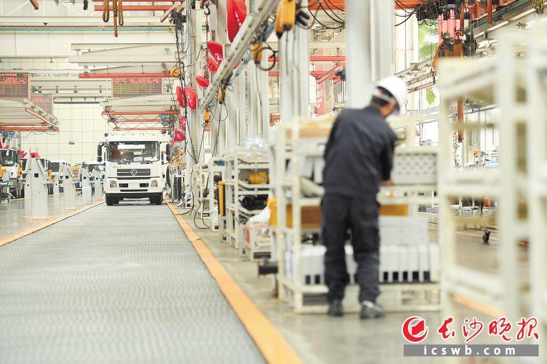 图为三一重工的柔性生产线,可以实现挖掘机、起重机、消防车、泵车等69种产品的混装柔性生产。长沙晚报记者 黄启晴 摄