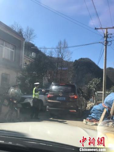 交警在移山村疏通道路。冷桂玉 摄