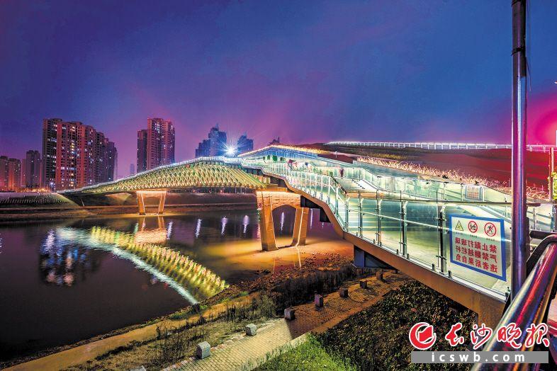 长桥卧波,灯光璀璨。昨晚,长沙首座跨河人行景观桥——汉桥开放迎客。长沙晚报全媒体记者 陈飞 摄