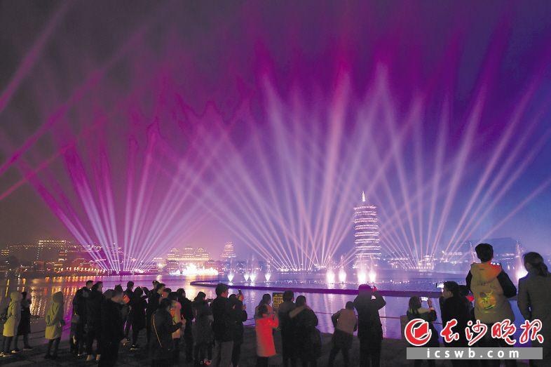 春节期间,铜官窑古镇内,灯展等节目精彩纷呈,吸引了众多市民游客前来游玩。长沙晚报全媒体记者 王志伟 摄