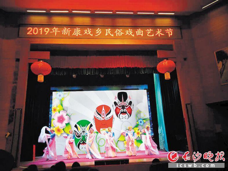 新康戏乡举办的戏曲民俗活动吸引众多游客品戏。除署名外均为景区供图