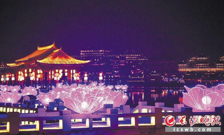 ↓铜官窑举办的花灯展,吸引游客夜游古镇,品味年俗。