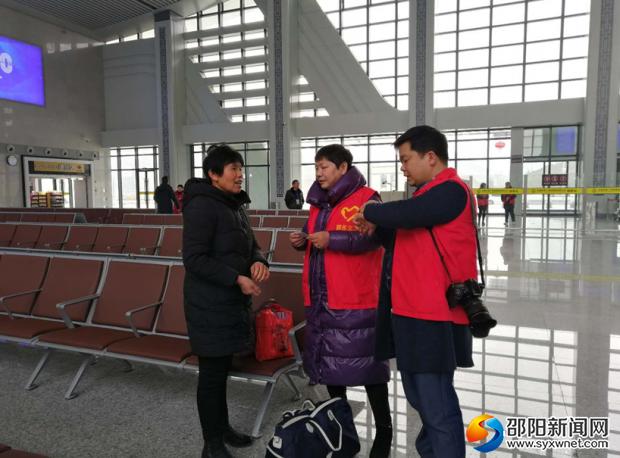 党员志愿者正在邵东杨桥火车站为乘客开展服务。
