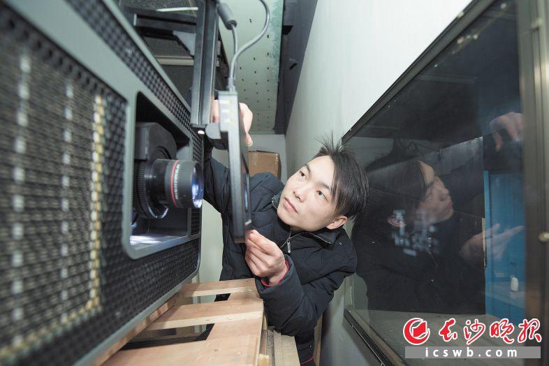 电影放映员石光强在检查放映设备,以保障观众得到最佳的观影体验。长沙晚报全媒体记者 黄启晴 摄