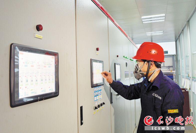 昨日上午,湖南中伟新能源科技有限公司生产车间一片忙碌,工作人员正在给配液槽进行配液。长沙晚报全媒体记者 邹麟 摄