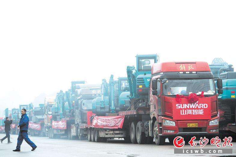 昨日上午,在长沙经开区,满载山河智能设备的100多辆运输车有序地驶出山河智能工业城。长沙晚报全媒体记者 黄启晴 摄