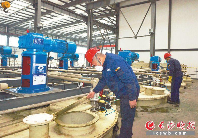 昨日上午,湖南中伟新能源科技有限公司生产车间里,工作人员正在查看配液槽的情况。长沙晚报全媒体记者 邹麟 摄