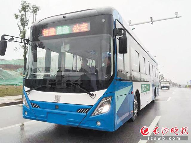 智慧公交车正在行驶,与普通大巴车无异,但其实车身上装载有许多传感器。均为长沙晚报全媒体记者 小刘军 摄