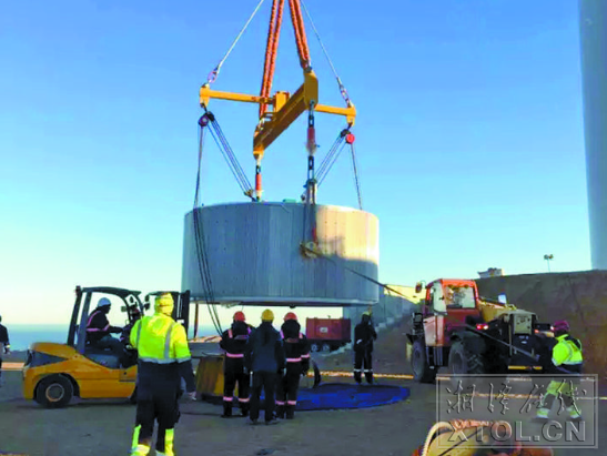 5600kW同步立式电机在乌兹别克斯坦进行吊装。