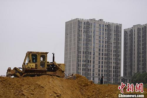 资料图:湖南长沙一楼盘土地上,推土机正在作业。 <a target='_blank' href='http://www.chinanews.com/'>中新社</a>记者 杨华峰 摄