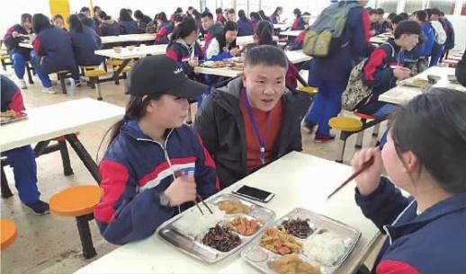 """长沙中小学""""出招""""守护""""舌尖上的安全"""" 市教育局:把陪餐、留样等监管制度落实到位"""