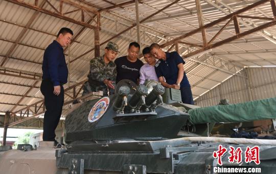 图为联训的中方军人在介绍参训的武装设备。 黄耀辉 摄