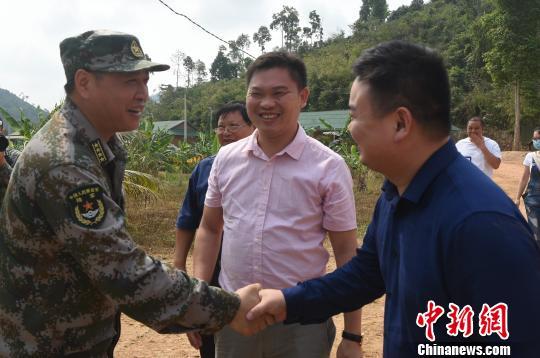 图为联训中方指导组组长舒可大校(左)欢迎湖南同胞自发慰问领队艾圣富(中)一行。 黄耀辉 摄