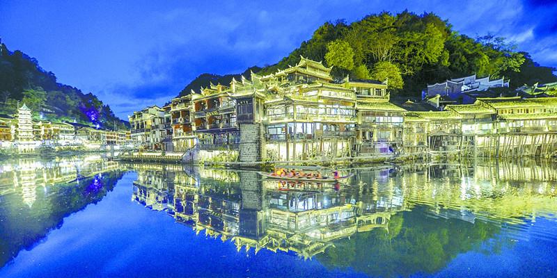 凤凰县沱江荣获长江经济带美丽河流称号