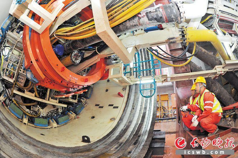 昨日,长沙地铁3号线湘江隧道顺利贯通,为全线年底开通试运行奠定了坚实基础。长沙晚报全媒体记者 王志伟 摄