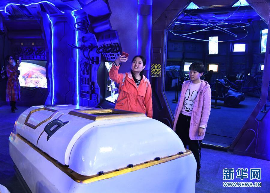 """(社会)(2)走进""""太空舱"""" 探索航天奥秘"""