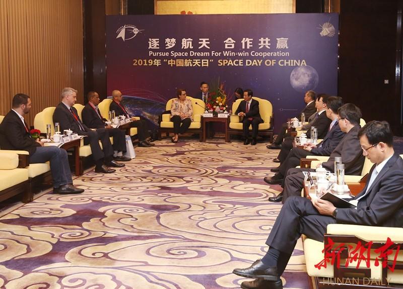 """许达哲会见出席""""中国航天日""""主场活动和联合国/中国航天助力可持续发展大会嘉宾 新湖南www.hunanabc.com"""