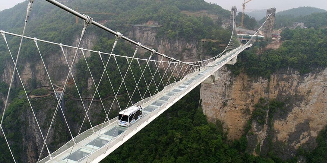 无人驾驶巴士挑战高山峡谷玻璃桥